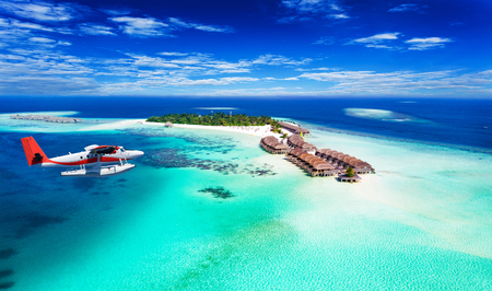 Foto de Aerial view of a seaplane approaching island in the Maldives - Imagen libre de derechos