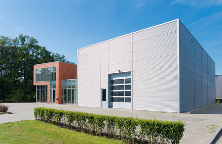 Foto de exterior of a modern warehouse building with office - Imagen libre de derechos