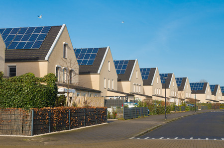 Photo pour row of newly build modern houses with solar panels in the netherlands - image libre de droit