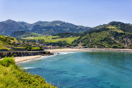 Foto de The beach of Santiago de Deva, is located on the right bank of the mouth of the River Deva and is part of the town of the same name belonging to the province of Guipuzcoa, Basque Country, Spain - Imagen libre de derechos
