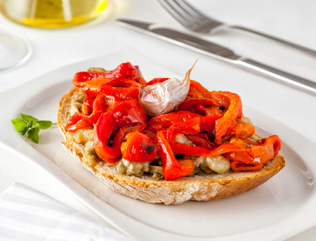 Photo pour Escalivada on toast. Escalivada is a traditional Catalan dish of grilled eggplant and bell peppers with olive oil. - image libre de droit