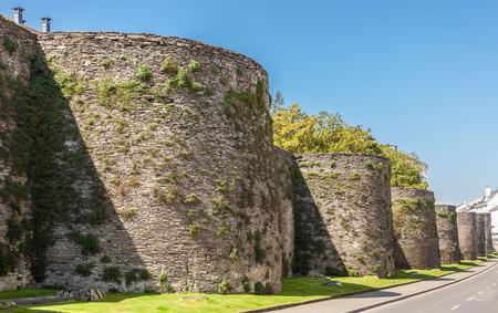 Photo pour The roman wall bordering the town of Lugo, Spain - image libre de droit