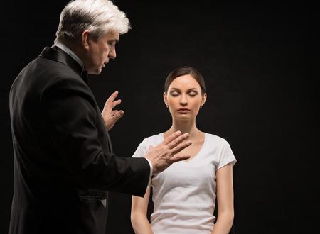 Foto de Alternative medicine therapist using hypnosis to heal his patient - Imagen libre de derechos