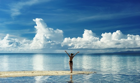 Photo pour Girl on a tropical beach with outstretched arms - image libre de droit