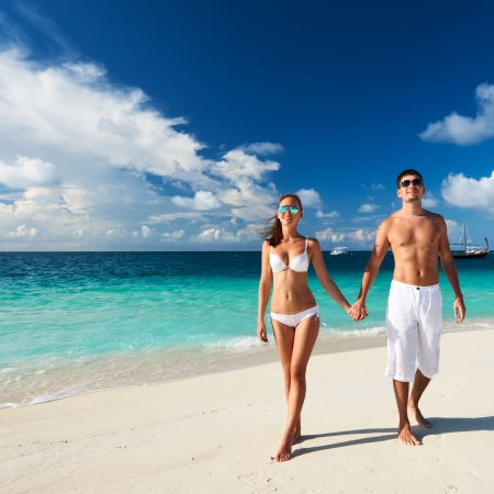 Foto de Couple on a tropical beach at Maldives - Imagen libre de derechos