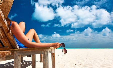 Foto de Woman at beautiful beach holding sunglasses - Imagen libre de derechos