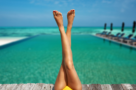 Photo pour Woman relaxing at the pool - image libre de droit
