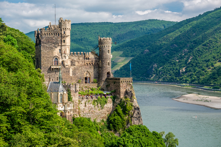 Foto de Rheinstein Castle at Rhine Valley (Rhine Gorge) in Germany. Built in 1316 and rebuilt in 1825-1844. - Imagen libre de derechos