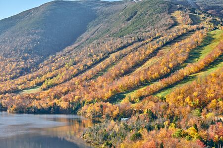 Foto de View of Echo Lake from Artist's Bluff in autumn. Fall colours in Franconia Notch State Park. White Mountain National Forest, New Hampshire, USA - Imagen libre de derechos