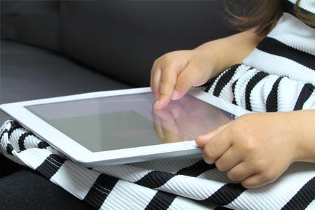 Foto de Little girl using tablet pc - Imagen libre de derechos