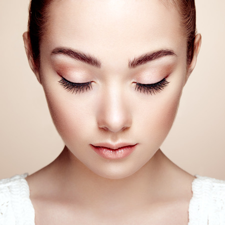 Photo pour Beautiful woman face. Perfect makeup. Beauty fashion. Eyelashes. Cosmetic Eyeshadow - image libre de droit