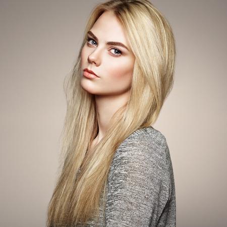 Photo pour Fashion portrait of elegant woman with magnificent hair. Blonde girl. Perfect make-up. Hairstyle - image libre de droit