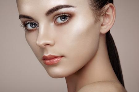 Foto de Beautiful woman face. Perfect makeup. Beauty fashion. Eyelashes. Cosmetic Eyeshadow. Highlighting - Imagen libre de derechos