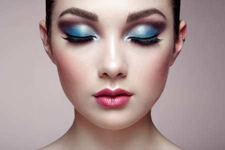 Photo pour Beautiful woman face. Perfect makeup. Beauty fashion. Eyelashes. Lips. Cosmetic Eyeshadow - image libre de droit