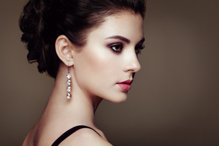 Photo pour Fashion portrait of young beautiful woman with jewelry. Brunette girl. Perfect make-up.  Beauty style woman with diamond accessories - image libre de droit