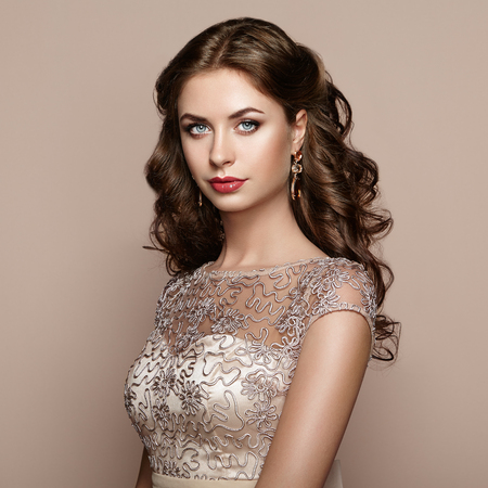 Foto de Fashion portrait of beautiful woman in elegant dress. Girl with elegant hairstyle and jewelry - Imagen libre de derechos