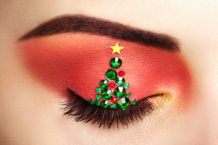 Photo pour Eye girl makeover christmas tree. Winter christmas makeup. Beauty fashion. Eyelashes. Cosmetic Eyeshadow. Makeup detail. Creative woman holiday make-up - image libre de droit