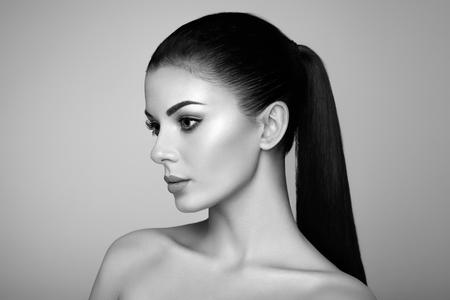 Foto de Beautiful Young Woman with Clean Fresh Skin. Perfect Makeup. Beauty Fashion. Eyelashes. Cosmetic Eyeshadow. Highlighting. Cosmetology, Beauty and Spa - Imagen libre de derechos