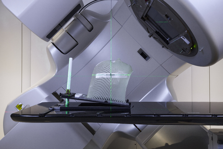 Foto de Advanced medical linear accelerator in the therapeutic oncology with a mask for fixation of a patient with brain tumor - Imagen libre de derechos