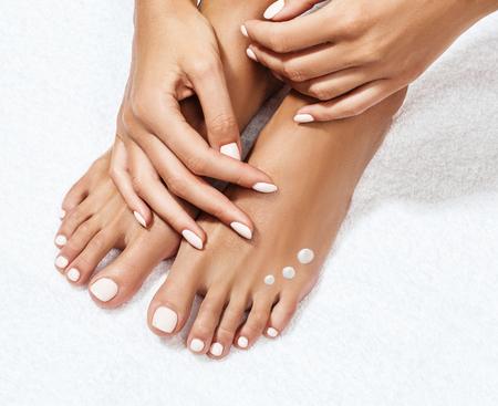Photo pour Beautiful female feet with moisturizing cream. - image libre de droit