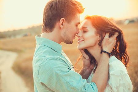 Foto de Young couple in love outdoor.Stunning sensual outdoor portrait of young stylish fashion couple posing in summer in field - Imagen libre de derechos
