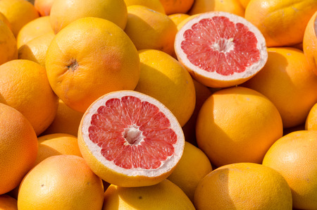 Photo pour Full frame take of many grapefruit on a street market stall - image libre de droit
