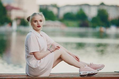 Photo pour girl near riwer - image libre de droit