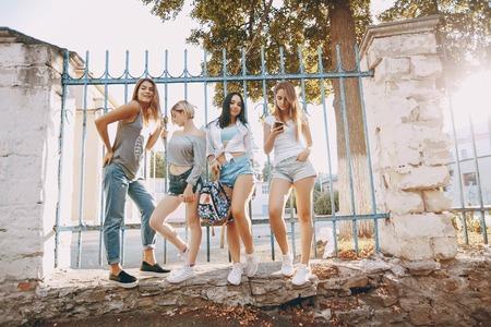 Photo pour girls in the city - image libre de droit