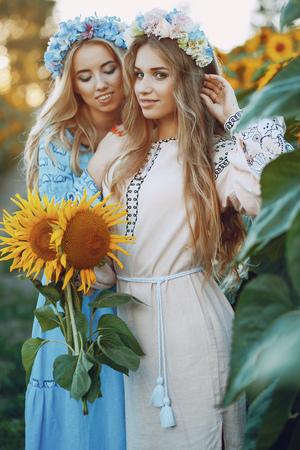 Foto de girls and sunflowers - Imagen libre de derechos