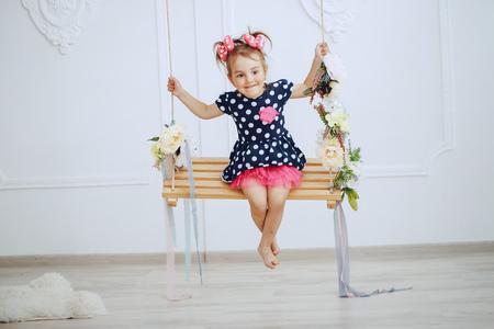 Foto de adorable little girl on a swing - Imagen libre de derechos