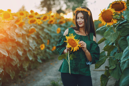 Foto de girl and sunflowers - Imagen libre de derechos