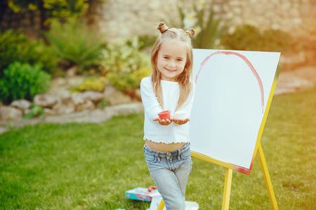 Foto de Little girl drawing - Imagen libre de derechos