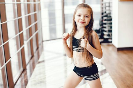 Photo pour A beautiful girl is engaged in a gym - image libre de droit