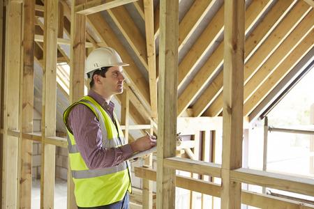 Photo pour Building Inspector Looking At New Property - image libre de droit