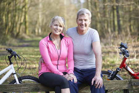 Foto de Mature Couple On Cycle Ride In Countryside Together - Imagen libre de derechos