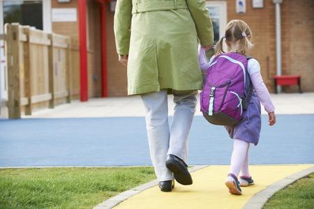 Foto de Parent Taking Child To Pre School - Imagen libre de derechos
