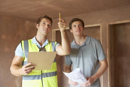 Foto de Builder And Inspector Looking At New Property - Imagen libre de derechos