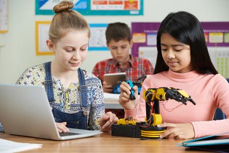 Photo pour Pupils In Science Lesson Studying Robotics - image libre de droit
