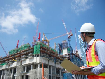 Photo pour Construction worker with a pc - image libre de droit