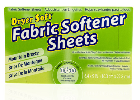 Photo pour Winneconne, WI - 31 October 2017:  A container of Dryer Soft fabric softner sheets on an isolated background. - image libre de droit