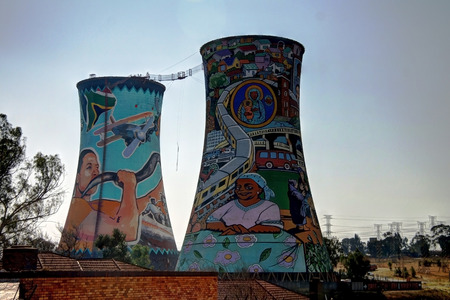 Photo pour Former powerplant, cooling tower, now is tower for BASE jumping. Situated in johannesburg. South Africa - image libre de droit