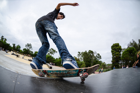 Photo pour ILHAVO, PORTUGAL - AUGUST 22, 2015: Antonio Fausto during the Ilhavo's Skateboarding Championship and the new skatepark opening. - image libre de droit
