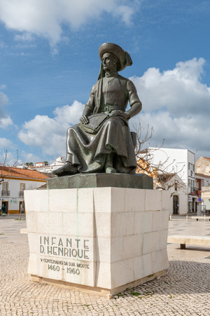 Photo pour LAGOS, PORTUGAL - CIRCA MAY 2018: Statue of Infante Dom Henrique (Prince Henry) in the town square with town buildings to the rear, Lagos, Algarve, Portugal. - image libre de droit