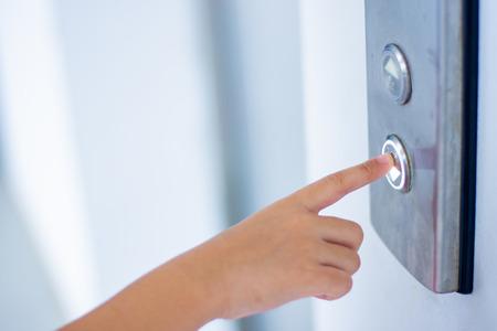 Photo pour child finger push button swith down elevator - image libre de droit