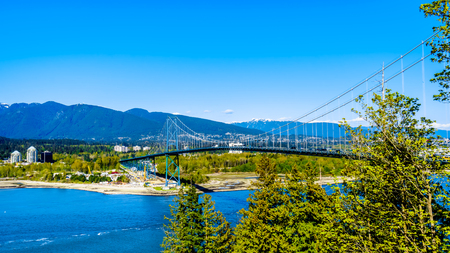 Foto per Busy Rush Hour traffic crossing the Lions Gate Bridge, or First Narrows Bridge, between Vancouver's Stanley Park and the municipalities of North and West Vancouver - Immagine Royalty Free