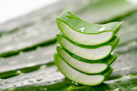 Photo pour Macro of composition of aloe vera. Concept of beauty cream derived from Aloe, natural medicine and care for the body, two to its therapeutic properties, facelift, rejuvenation and Nature - image libre de droit