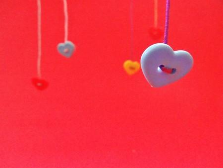 Foto de Saint Valentines hearts hanging - Imagen libre de derechos