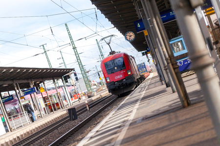 Foto per FUERTH / GERMANY - MARCH 11, 2018: Freight train from OEBB Austrian Federal Railways, passes train station fuerth in germany. - Immagine Royalty Free