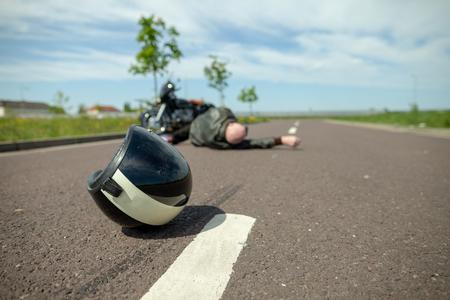 Foto de biker helmet lies on street near a motorcycle accident - Imagen libre de derechos