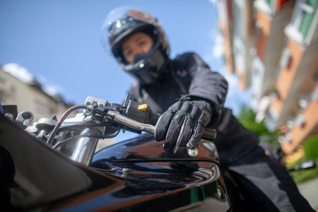 Foto de Woman with a black helmet on a motorbike - Imagen libre de derechos